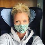 Model Franziska Knuppe ist unterwegs zu einem Fotoshooting. Mit dem TragenihresMund- und Nasenschutzes ist sie auf ihrer Reise mit der Bahn auf der sicheren Seite.