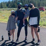 Ab in die Wildnis geht es für Jessica Alba und die Kids. Auch während ihresFamilienurlaubes in Wyoming achten alle darauf, sich richtig zu schützen.
