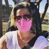 Spaß darf auch in Krisenzeiten nicht fehlen:Elizabeth Banks verbringt einen tollen Tag mit ihren Kindern auf der Sommerrodelbahn. Für ausreichend Abstand ist dabei gesorgt, und auch mit dem Tragen ihrer Maske setzt die Schauspielerin ein klares Zeichen.