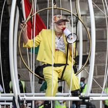 """21. Juli 2020  Ein bunter Vogel ist Vivienne Westwoodohnehin schon. In dieser politischen Aktion vor demLondoner Strafgericht protestiert sie nun als Gefangene in einem riesigen Vogelkäfig mit dem Slogan """"Ich bin Julian Assange"""". Die Grand Dame der Mode kämpft damitfür die Freilassung des Whistleblowers, dem die Auslieferung an die USA droht."""