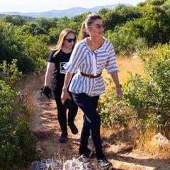 Für die steinigen Wege im Reservat hat sich Rania dann aber doch das passende Schuhwerk ausgesucht: feste Wanderstiefel zur dunkelblauen Hose.