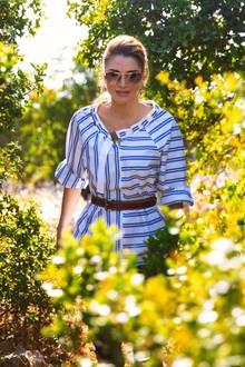 Sogar für einen Spaziergang in der wilden Natur des Ajloun-Waldreservats in Jordanien kleidet sich Königin Rania mit dieser maritimen Streifen-Bluse von Tibi ausgesprochen elegant.