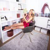 """... und die Füße hochlegen. Make-up ist Sylvies """"große Leidenschaft"""", erzählt sie im Interview mit Westwing. Ein Spiegel und gutes Licht seien für die gebürtige Holländerin """"essentiell"""" - wie man an ihrem super ausgeleuchteten Glam-Room sehen kann."""