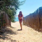 Dieser Bikini-Body ist einfach wow! Badenixe Frauke Ludowig erinnert mit diesem Foto an längst vergangene Baywatch-Zeiten und spaziert in einem farbenfrohen, gestreiften Bikini am Strand entlang. Den Fans der Moderatorin fällt jedoch nicht die traumhafte Umgebung, sondern vor allem ihrtrainierter Körper auf – Waschbrettbauch inklusive. Vor begeisterten Wow-Kommentaren zu dem Foto kann sich Frauke Ludowig kaum retten.