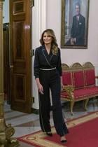In einem seidenen Jumpsuit in royalem Blau zeigt sich Melania Trump nach einem Meeting im Weißen Haus. Das Designerstück des italienischen LabelsLoro Piana kostet rund 3.000 Euro und wird von der First Lady tailliert mit einem weißen Gürtel getragen. Dazu kombiniert sie ihre ikonischen BB-Pumps von Manolo Blahnik – ein Design, inspiriert von Film-Ikone Brigitte Bardot.