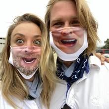Bitte lächeln! Kaley Cuoco und ihr Mann Karl haben sich ganz besondere Masken anfertigen lassen. Im Eheleben wird sich ein Paar schließlich immer ähnlicher.