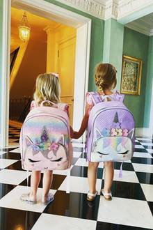 Teddy und Lily-Grace sind bereit, gemeinsam die Welt zu erkunden. Mit dabei haben sie ihre zwei bunten Einhorn-Rucksäcke – ein absoluter Mädchentraum!