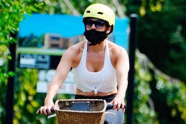 Mit Maske radelt Jennifer Lopez unerkannt durch die Hamptons. Fast unerkannt zumindest, im Reichen-Mekka liegen immer ein paar Paparazzi auf der Lauer, die Jagd auf Bilder von den ganz großen Stars machen.