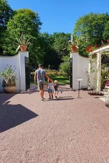 In derwunderschönen Gartenanlage gibt es besonders für die kleinen Prinzen Alexander und Gabriel viel zu entdecken.