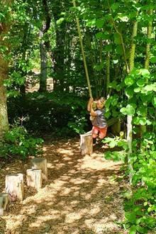 Für Prinz Alexander wird der Garten zum Abenteuerspielplatz.