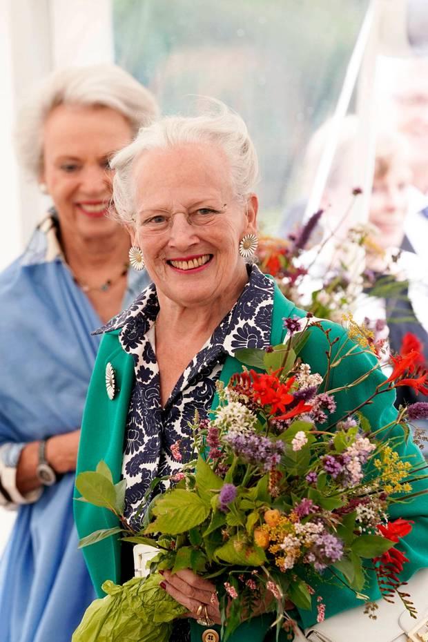 24. Juli 2020  Dieser Anblick macht Freude! Im fröhlichen Blumen-Look erscheint Königin Margrethe in Begleitung ihrer jüngeren Schwester Benedikte zur Eröffnung des neuen Kräutergartens auf Schloss Gravenstein, derSommerresidenz des dänischen Königshauses.
