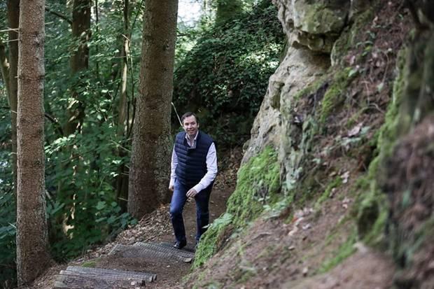 """24. Juli 2020  Im Rahmen der RTL-Reportage """"Vakanz Doheem"""" stellt Guillaume auf einer Wanderung durch die luxemburgische Gemeinde Fischbach seine Lieblingsorte vor. Da der Erbgroßherzog in dieser Region aufgewachsen ist, dient sie als Quelle so mancher persönlichenErinnerungen und Anekdoten, wie derCour Grand-Ducale in seinem Instagram-Post verrät."""