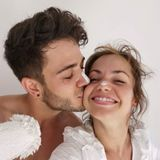 """25. Juli 2020  Luca Hänni und Christina Luft sind frisch verliebt! Nachdem das """"Let's Dance""""-Duomit seinem ersten Pärchen-Pic gerade erst bekannt gab,dass es nicht nur auf der Tanzfläche ein Paar ist, legt es mit diesem süßen Turtelfoto gleich nach. Überglücklich zeigen sich die beiden bei ihren Malerarbeiten. """"Wir haben den Moment genossen und als Team ein kleines Projekt in Angriff genommen"""", verrät die Profitänzerin dazu auf ihrem Instagram-Profil. Etwa ihr erstes gemeinsames Liebesnest?"""