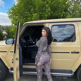 Safari-Tour voraus! Passend zu ihrem schlammfarbenen Jeep trägt Kylie an diesem Tag einen Jumpsuit mit Animal-Print.