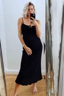 """""""Ich liebe das neue Kleid!"""", kommentiert Lena Gercke ihr Selfie bei Instagram. Das schwarze Maxi-Dress aus fließendem Stoff stammt aus ihrer LeGer-Kollektion, wird am Dekolleté geknotet und ist tailliert geschnitten. Die besten Voraussetzungen, um den After-Baby-Body samt Mama-Kurven perfekt in Szene zu setzen. Zum Zeitpunkt dieser Aufnahme ist die Geburt von Tochter Zoe rund zwei Wochen her."""