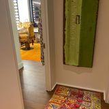Gigi Hadids Glam-Room erstrahlt in einem Senfgelb und wird dank der vielen Glühlampen am Spiegel perfekt ausgeleuchtet. Auf einem pompösen Stuhl, deran vergangene Barock-Zeiten erinnert, stylt sich das Model für den Tag. Ihr Morgenmantel mit einem verspielten Schmetterlingsmuster hängt noch direkt neben der Tür.