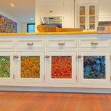 Doch nicht nur die Billardkugeln in der Holzschale sind etwas Besonderes: Auch Gigi Hadids Küchenunterschränke sind ein Blickfang. Denn die Türfassaden sind mit getrockneten, bunten Nudeln gefüllt. Hergestellt wurden die farbenfrohen Minis von Pasta-Guru Linda Miller Nicholson – ob hinter den Türen auch steckt, was von außenangepriesen wird?