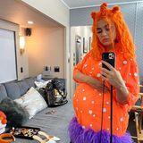 25. juli 2020  Trotz Corona-Maßnahmen hat das Tomorrowland-Festival einen Weg gefunden, seine Musikfans nicht im Stich zu lassen. In diesem Jahr findet der Mega-Event online statt. Alle Auftritte der Stars werden ohne Publikum aufgezeichnet und anschließend als aufwendige, virtuelle Bühnenshow inszeniert. Auch die hochschwangere Katy Perry ist dabei und bereitet sich auf ihren digitalen Auftritt als orangene Fantasie-Kugel vor.