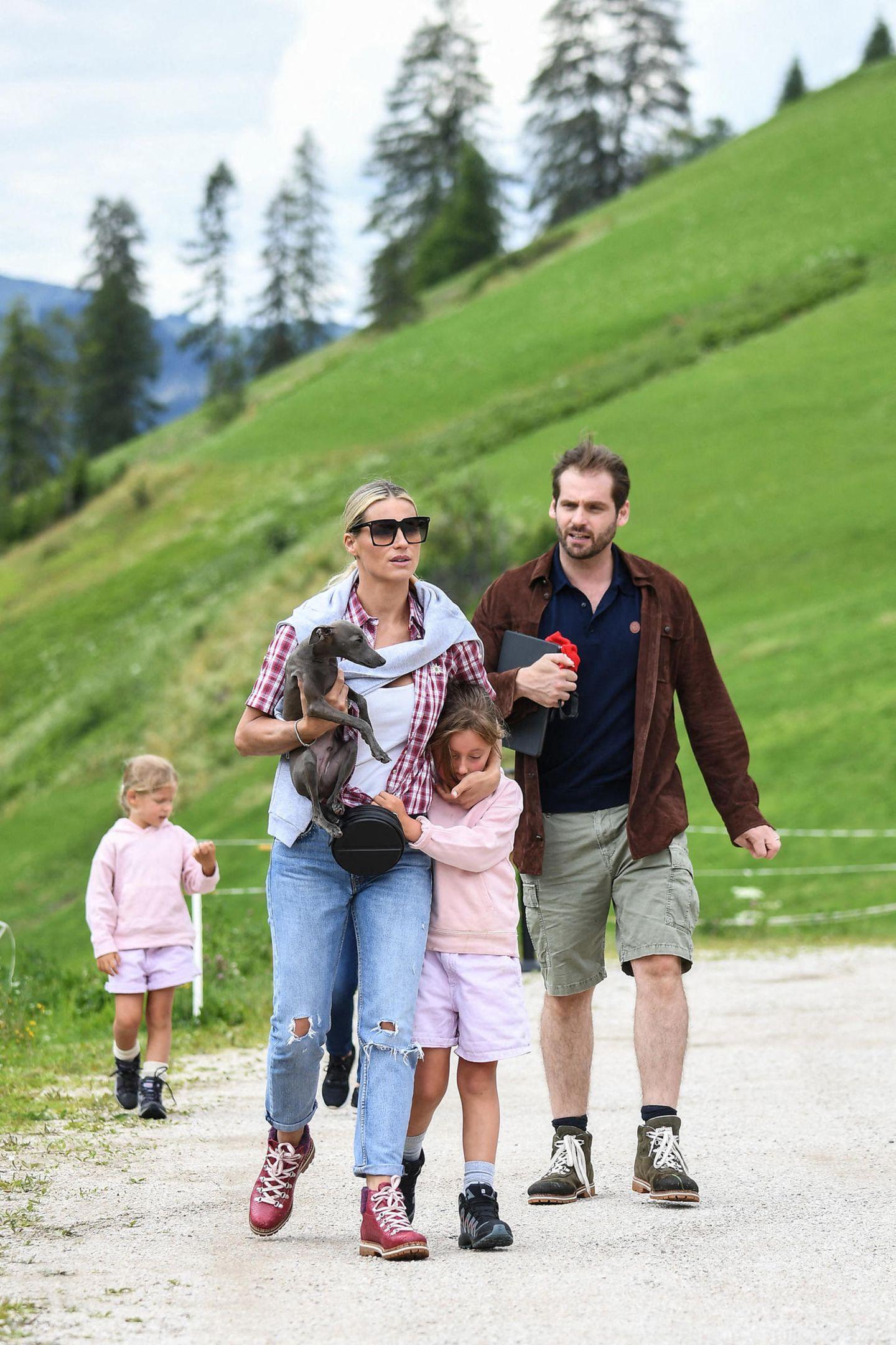 25. Juli 2020  Das schöne Wochenende nutzen Michelle Hunziker und Tomaso Trussardifür einen Familienausflug in die Südtiroler Berge. Auch ihrebeiden Töchter haben dieWanderschuhe geschnürt, allerdings scheint sich dieBegeisterung zu Beginn noch in Grenzen zu halten. Sole möchte es jedenfalls gemütlich angehen und lieber mit ihrer Mutter kuscheln.