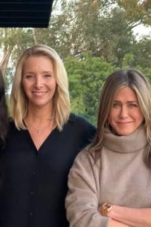 """Ein strahlendes Lächeln, wenig Falten: Courteney Cox, Lisa Kudrow und Jennifer Aniston werben mit diesem Instagrambild zwar für die Kampagne """"I am a voter"""" (dt. """"Ich bin ein Wähler""""), doch viele Fans haben nur Augen für die fast alterslosen Gesichter der drei Frauen. Kaum zu glauben, dass die befreundeten Stars hier bereits Anfang bis Mitte 50 sind. Doch dieses Aussehen hat seinen Preis: Fast 1,6 Millionen Euro soll alleine Jennifer Aniston in den letzten Jahren für Beauty-Behandlungen ausgegeben haben."""