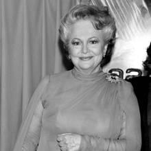 """26. Juli 2020: Olivia de Havilland (104 Jahre)  Olivia de Havilland wird an der Seite von Vivien Leigh und Clark Gable in """"Vom Winde verweht"""" als Schauspielerin berühmt. Nun ist die Oscar-Gewinnerin im Alter von 104 Jahren in ihrer Wahlheimat Paris verstorben. Mit de Havilland geht eine der letzten großen Schauspielerinnen aus dem alten Hollywood."""