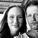 """26. Juli 2020  Auf Instagram zeigt Til Schweiger ein Pärchenfoto mit seiner Sandra. Allerdings kann der Regisseur und Schauspieler aktuell nur in Erinnerungen schwelgen, da seine Freundin momentan nicht bei ihm ist. """"Missing you!"""" lautet also die Bildunterschrift zu diesem Schwarz-Weiß-Selfie."""