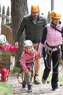 26. Juli 2020  Für Familie Hunziker-Trussardi geht es heute in den Kletterpark. In voller Sicherheitsmontur und mit einem Lageplan in der Hand, erkunden Tomaso Trussardi undMichelle Hunziker mit den Töchtern Sole und Celeste den Hochseilgarten.