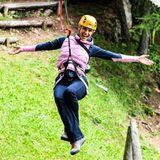 Freudestrahlend hängt Michelle Hunziker in den Seilen.