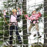 Gut gesichert hangeln sich Michelle Hunziker und Tochter Celeste die Netzwand entlang.