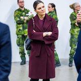 Beim Besuch eines Behelfskrankenhauses passt sich Victoria von Schweden stilsicher ihrer Umgebung an. Zum weinroten Mantel, schwarzer Hose und Valentino-Tasche, trägt die Kronprinzessin, wie auch das Personal im Hintergrund, ...