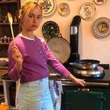 Ihre Vorliebe für bunte Teller wird auch in der Küche deutlich - da hängen die Teller nämlich als Deko an der Wand.