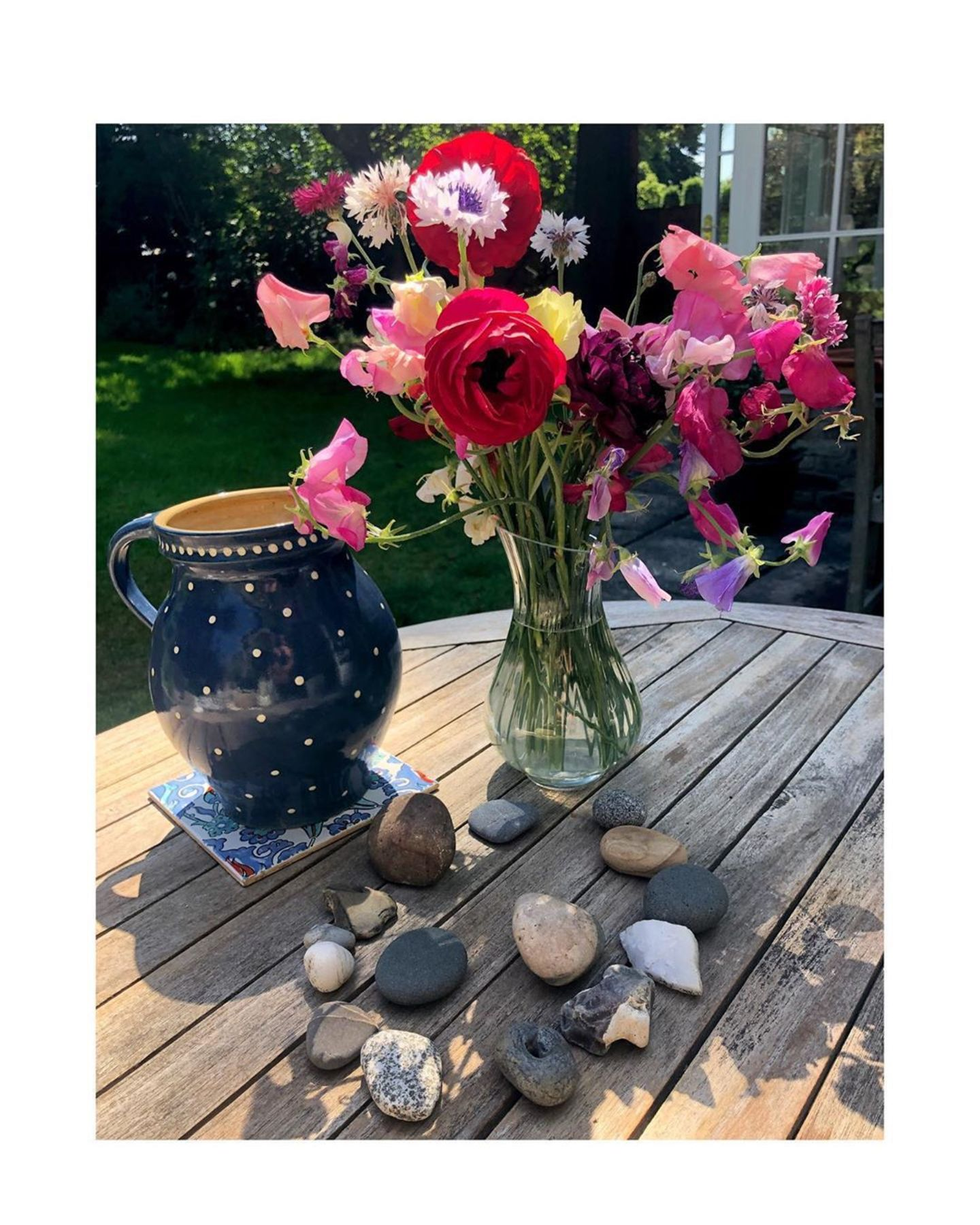 Mit Blumen und hübschem Geschirr kann sich das sonnige Fleckchen aber sehen lassen.