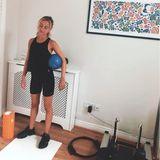 Sport treibt das royale It-Girl übrigens auch einfach in ihrem Haus - vor Heizkörper-Verkleidung und großem Bild.