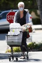 Auf den ersten Blick haben wir die Schauspielerin nicht direkt erkannt, die hier mit Maske verdeckt vom Einkaufen in Los Angeles kommt. Es handelt sich um die US-Amerikanerin Jamie Lee Curtis.