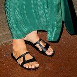 Zum traumhaften, grün-gemusterten Kaftan-Kleid mit schwarzem Gürtel kombiniert Königin Máxima farblich passende Sandalen. Perfekt aufeinander abgestimmt!