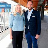 Auch Prinzessin Mette Marit von Norwegen beweist beim öffentlichen Auftritt mit Ehemann Prinz Haakon (hier bei ihrer Reise mit dem Literaturzug 2019) Mut zum flachen Schuh.