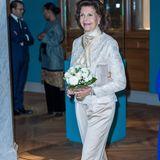Zum cremefarbenen Anzug würden sicherlich hellbeige Satin-Pumps passen. Doch Königin Silvia von Schweden geht nicht auf Nummer sicher, sondern wagt lieber etwas.