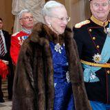 Der Preis für die ungewöhnlichste Schuhauswahl bei offiziellen Anlässen geht definitiv an Königin Margrethe von Dänemark. Zum Neujahrsempfang auf Schloss Christiansborg 2014 trägt sie zum pompösen Pelz, Diamantenschmuck und zur blauen Robe ...