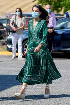Königin Letizia wählt grün - zumindest bei ihrem Outfit beim Besuch in Pamplona, Navarra. Das traumhaft-schöne Kleid mit Faltenrock ist vom Label Sandro …