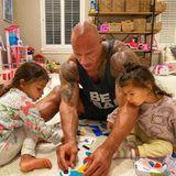 """26. Juli 2020  Hochkonzentriert arbeitet Dwayne """"The Rock"""" Johnson mit seinen Töchtern auf dem Boden sitzend an einem niedlichen Bastelprojekt."""
