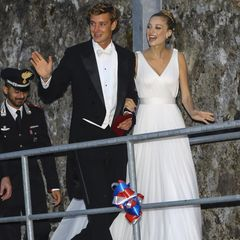 Ein Wochenende in Italien, sechs Brautkleider: Die Aristokratin Beatrice Borromeo hat während der Hochzeitssause mit Pierre Casiraghi 2015 eine regelrechte Modenschau abgeliefert. Beim zweiten Hochzeitsempfang strahlt die italienische Journalistin hier in einem maßgeschneiderten Seidentüllkleid von Armani Privé.