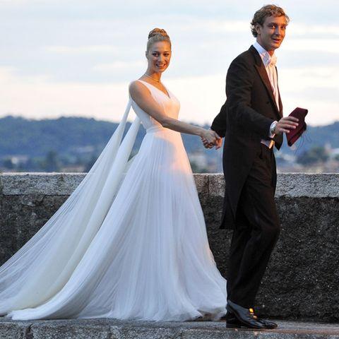Der endlos wirkende Rückenschleier des taillierten Brautkleides lässt Beatrice Borromeo zu einer wahren Braut-Göttin emporsteigen.