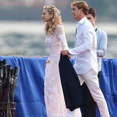 Zu einem weiteren Hochzeitsempfang trägt Beatrice Borromeo ein spitzenbesetztes Boho-Hochzeitskleid von Alberta Ferretti. Diesmal verzichtet sie auf den Schleier. Stattdessen trägt die blonde Schönheit - passend zum hippieesken Braut-Look - Blumen im wild gelockten Haar.
