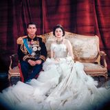 Bei der Hochzeit von Königin Soraya und dem iranischen Schah Mohammad Reza Pahlavi ist das Brautkleid der Hauptakteur gewesen. Der Grund: Das Christian-Dior-Dress dürfte das extravaganteste Cotoure-Kleid sein, das jemals für eine Hochzeit kreiert wurde. Es ist mit 6.000 Diamanten und 20.000 Marabufedern besetzt und wiegt zehn Kilogramm. Die Ehe konnte es nicht leider retten, sie hat nur sieben Jahre gehalten.