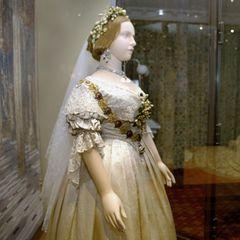 Das Brautkleid von Königin Victoria ist so prägend für die Hochzeitsmode, dass es im Museum ausgestellt wird. Die Spitzenrobe besteht aus Seide und aufgestickten Orangenblüten - eine Blume, die bis heute mit königlichen Bräuten in Verbindung gebracht wird.