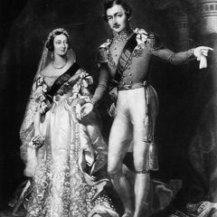 Dass die meisten Bräute heute weiße Hochzeitskleider tragen, haben sie Königin Victoria von Großbritannien und Irland zu verdanken. Bei ihrer Hochzeit mit Prinz Albert 1840 hat sie als eine der ersten mit der in Adelskreisen üblichen Tradition eines roten Brautkleides gebrochen und sich für ein cremefarbenes Modell entschieden.