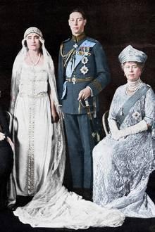 In vielerlei Hinsicht ist Queen Mum ein Fan von Traditionen gewesen - außer bei der Wahl ihres Brautkleides. Am Hochzeitstag mit König Georg VI. hat die Mutter von Queen Elizabeth sich für ein - für diese Zeit - modernes Design entschieden. Das Kleid hat eine tief sitzende Taille und ahmt damit die in den 1920er-Jahren populäre Silhouette von Coco Chanel nach.
