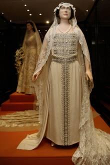 Das Brautkleid von Queen Mum ist heute ebenfalls im Museum zu bestaunen. Vor allem die bestickte Borte, die bis zum Fußende ragt, macht das Kleid zu etwas ganz Besonderem.