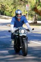 28. Juli 2020  Brad Pitt macht auf seinem Motorrad eine ziemlich gute Figur, als er durch Los Angeles fährt. Sein Ziel: Das Anwesen seiner Ex-Frau Angelina Jolie. Besonders die Kids dürften sich über den Besuch von Papa freuen. Nachdem lange Funkstille herrschte, scheint sich die Kommunikation zwischen Hollywoods ehemaligemTraumaar, das immerhin sechs gemeinsame Kinder verbindet, verbessert zu haben.