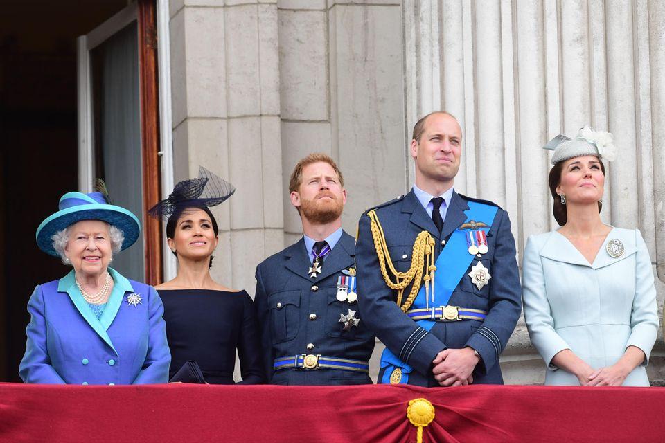 Die Adern am Hals sind gespannt, die Mimik wirkt wie eingefroren: So sah Herzogin Meghan als Royal aus, hier im Juli 2018 beim 100. Geburtstag der Royal Air Force auf dem Balkon des Buckingham-Palastes.
